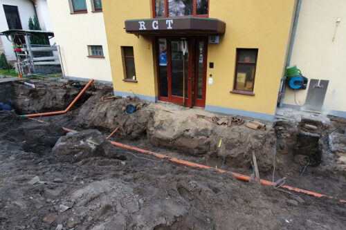 20.11.2020 Baugrube mit neuen Frisch- und Abwasserleitungen