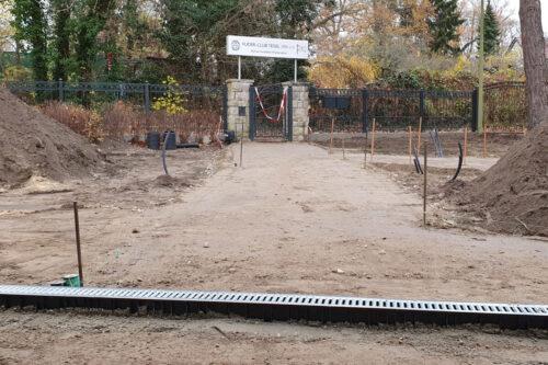 28.11.2020 Blick auf den Eingang am mit neuer Drainage im Vordergrund